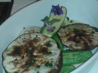 melanzane e zucchine alla martello con fiori di viola e olio d'oliva di Salella